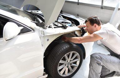 Smart Repair einens Unfallwagens durch Mechaniker in der Werkstatt